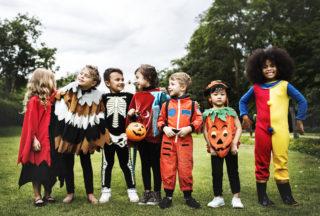 Enfants fêtant le Carnaval.